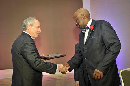 Dr. Laurencin receiving the mentor award